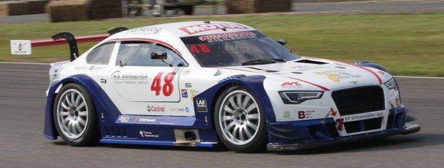 Professionel racerkører Frederik Nymark i høj fart
